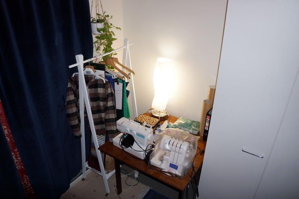 Ompelunurkkaukseni ennen. Vanha klaffipöytä törröttää ikävästi kaappien takaa ja vie paljon tilaa. Vaaterekin takia parvekkeen ovea ei saanut auki.