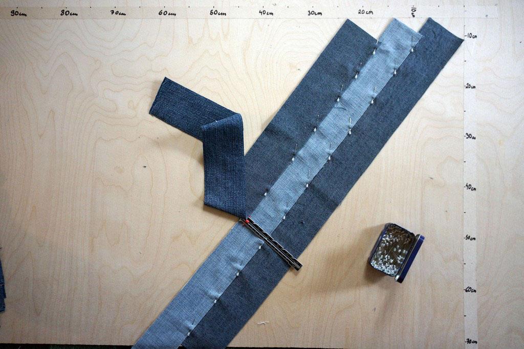 3.1 Löydä suikaleista lyhin ja asettele se vinosti, nurja puoli ylöspäin, lattialle niin, että suikaleen alku ja loppupää mahtuvat mittaamallesi alueelle. Huomioi reunojen saumavarat!
